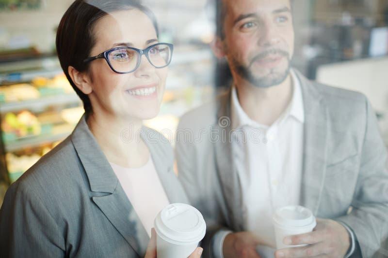 Executivos de sorriso na ruptura na cafetaria fotos de stock