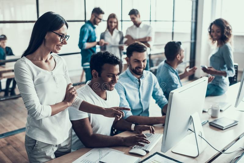 Executivos de sorriso novos que trabalham no escritório fotografia de stock royalty free