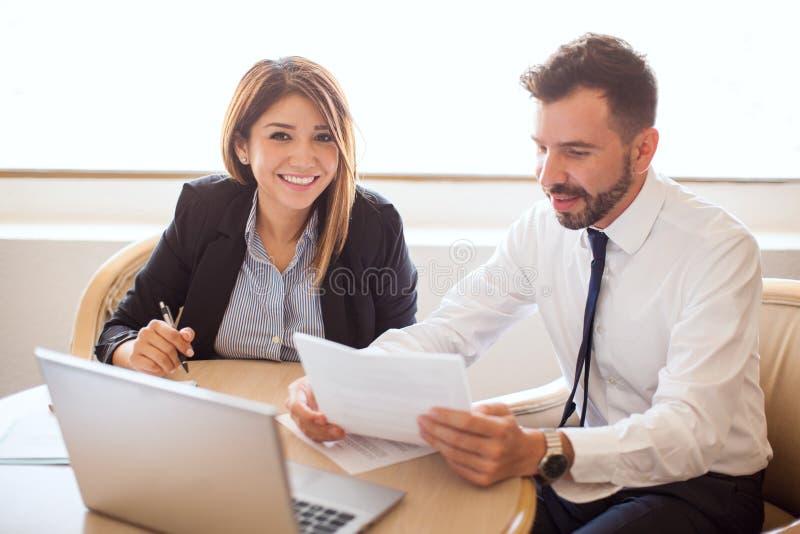 Executivos de vendas que trabalham junto em um hotel imagem de stock