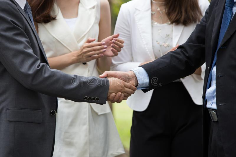 Executivos do aperto de mão Negócio do sucesso Negócio bem sucedido após a grande reunião Fundo horizontal, borrado fotografia de stock royalty free