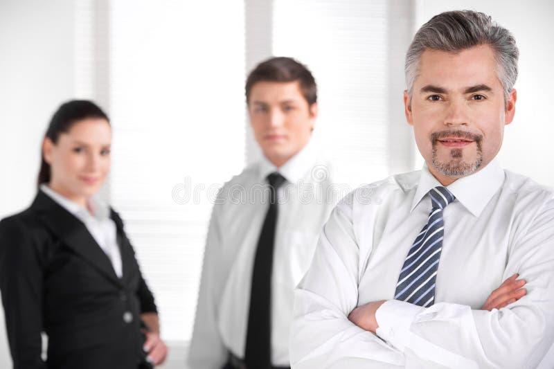 Executivos do borrão no fundo imagens de stock