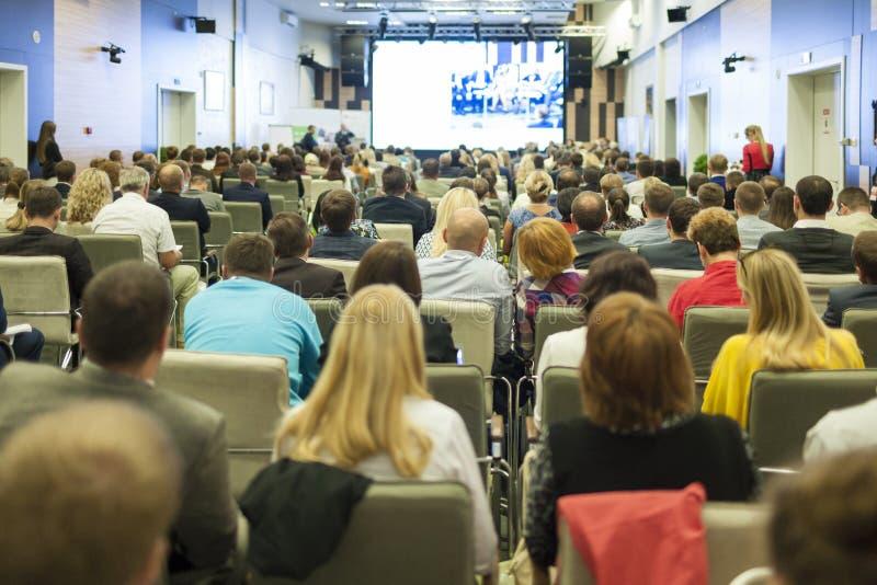 Executivos do conceito e as ideias Grande grupo de pessoas na apresentação de observação da conferência em uma tela grande imagens de stock royalty free