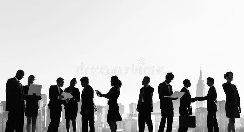 Executivos do conceito exterior da silhueta da reunião de New York imagem de stock