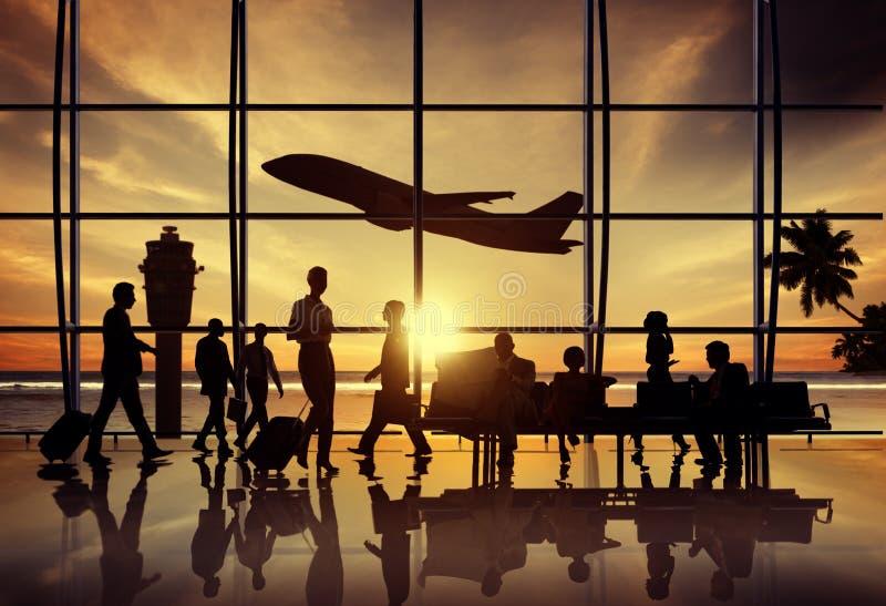 Executivos do conceito incorporado de espera do voo da praia do aeroporto imagens de stock
