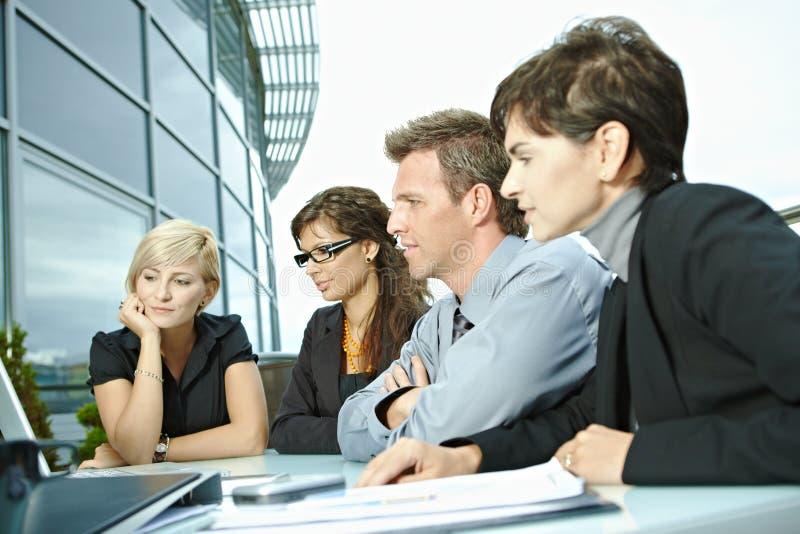 Executivos do encontro ao ar livre imagens de stock