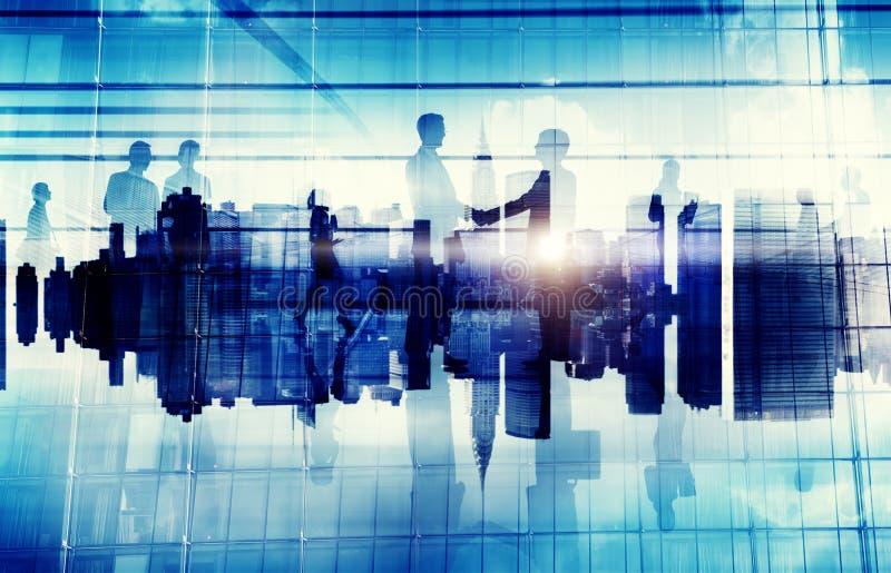 Executivos do engodo incorporado do negócio da arquitetura da cidade do acordo do aperto de mão imagens de stock royalty free