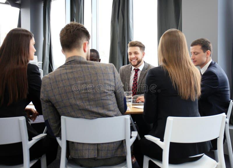 Executivos do grupo que trabalham junto e que conceituam imagens de stock royalty free