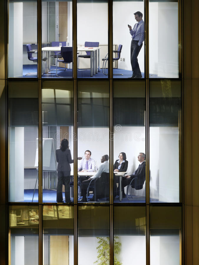 Executivos do trabalho tardio no prédio de escritórios imagem de stock royalty free