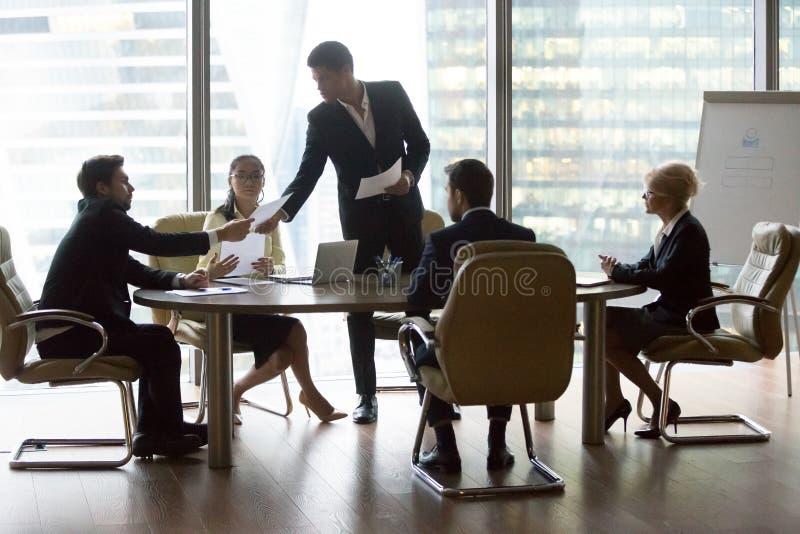 Executivos dos colegas e líder da equipa preto imagens de stock royalty free