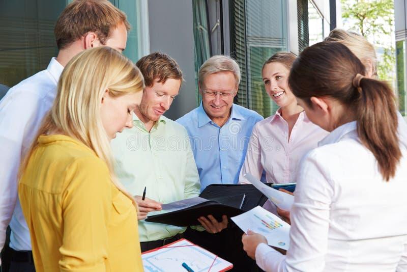 Executivos dos trabalhos de equipa fora do escritório fotos de stock