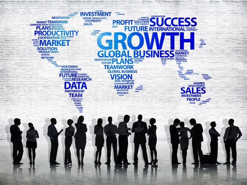Executivos e mapa do mundo com crescimento da palavra fotos de stock royalty free