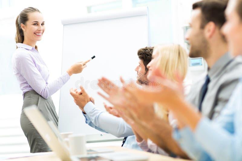 Executivos em uma apresentação, aplaudindo fotos de stock