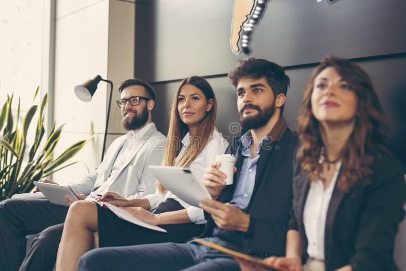 Executivos em uma reunião imagem de stock