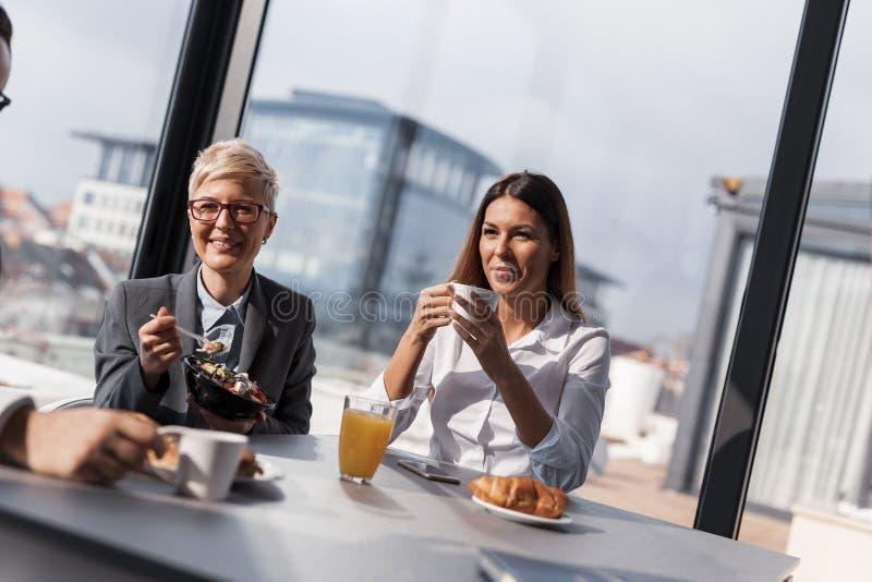 Executivos em uma ruptura de café foto de stock