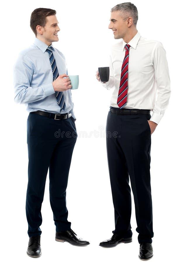 Executivos empresariais consideráveis que brindam o café fotos de stock royalty free