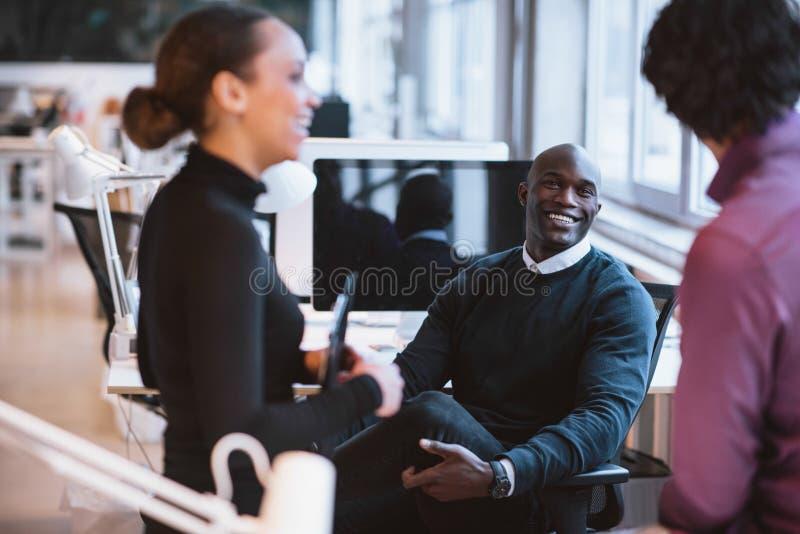 Executivos empresariais novos durante a ruptura fotografia de stock