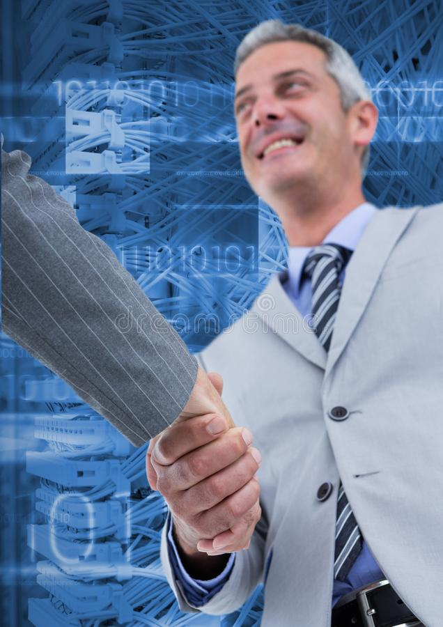 Executivos empresariais que agitam as mãos contra sistemas do servidor no fundo foto de stock