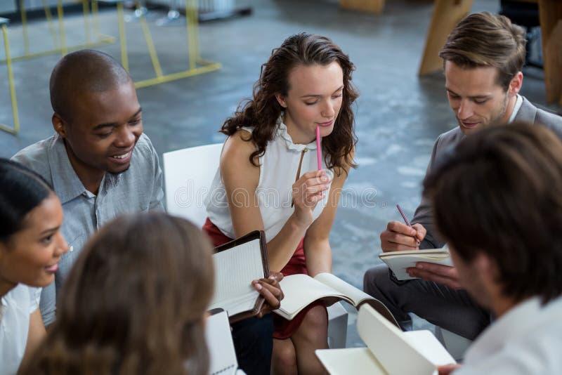 Executivos empresariais que discutem durante a reunião foto de stock