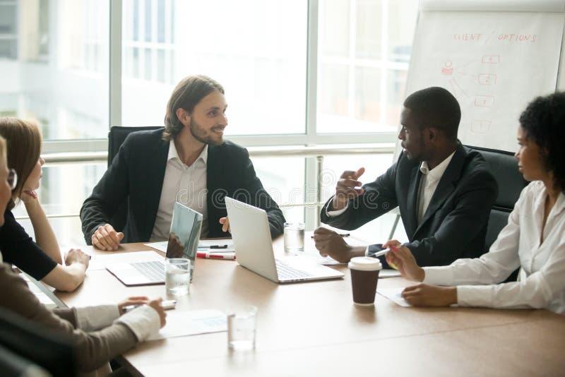 Executivos empresariais que discutem ideias do projeto no engodo da reunião da equipe foto de stock