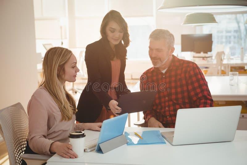 Executivos empresariais que discutem sobre o arquivo fotografia de stock royalty free