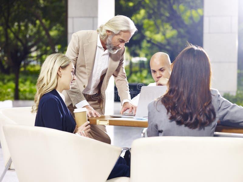 Executivos empresariais que encontram-se discutindo o negócio na construção moderna fotografia de stock