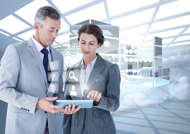 Executivos empresariais que usam a tabuleta digital contra a relação digital no fundo fotos de stock royalty free