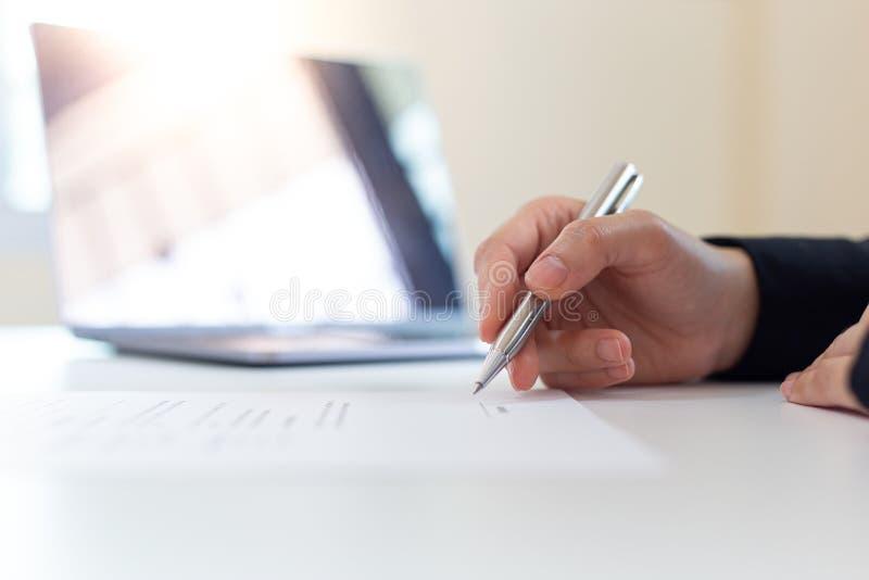 Executivos estão assinando projetos imobiliários para aumentar a receita da empresa e expansão futura de negócios imagens de stock royalty free