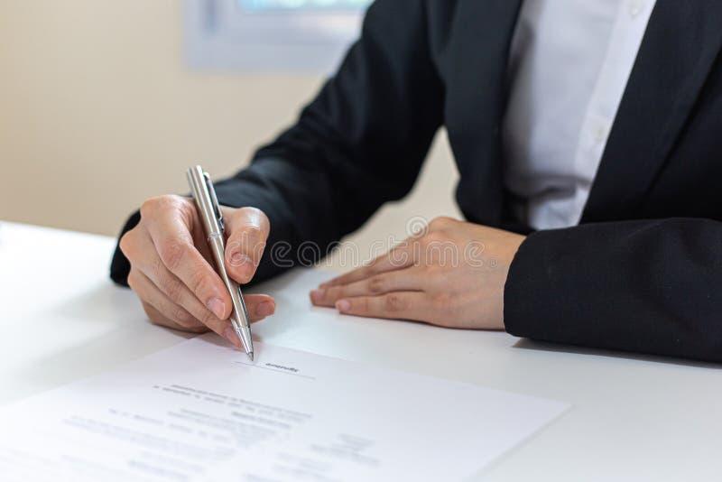 Executivos estão assinando projetos imobiliários para aumentar a receita da empresa e expansão futura de negócios imagem de stock