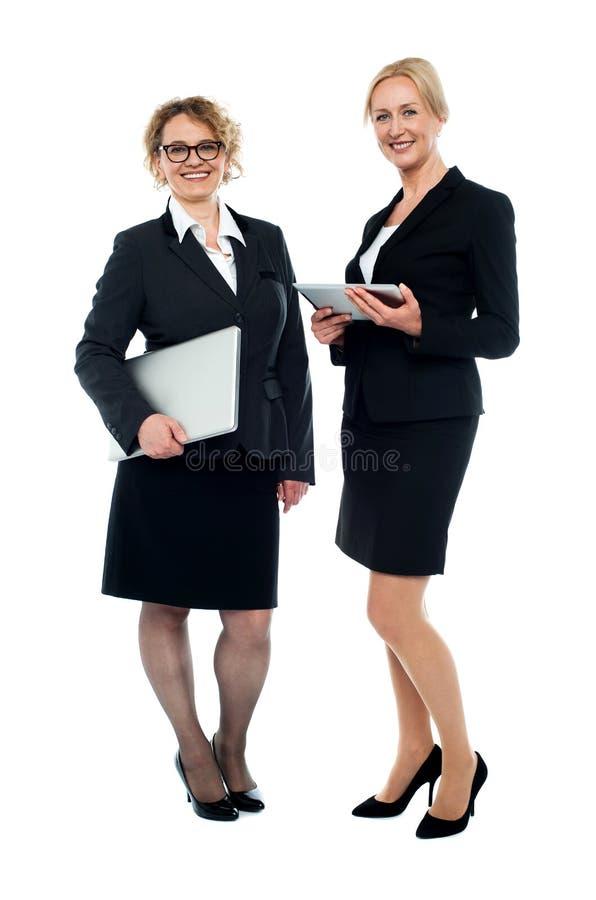 Executivos fêmeas atrativos, tiro completo do comprimento fotos de stock