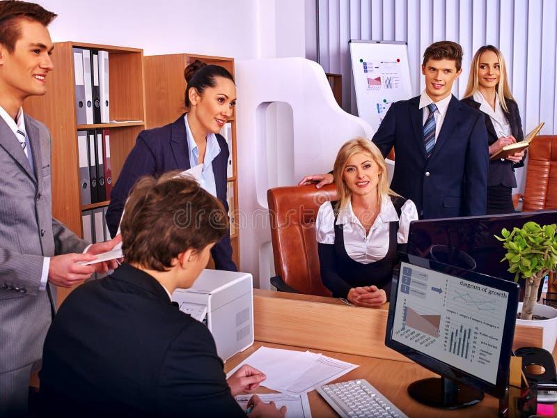 Executivos felizes do grupo que olham no computador no escritório fotografia de stock royalty free