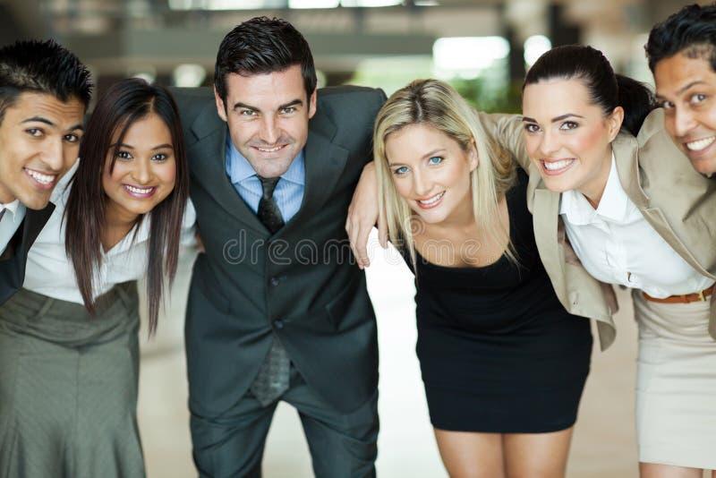 Executivos huddling imagens de stock
