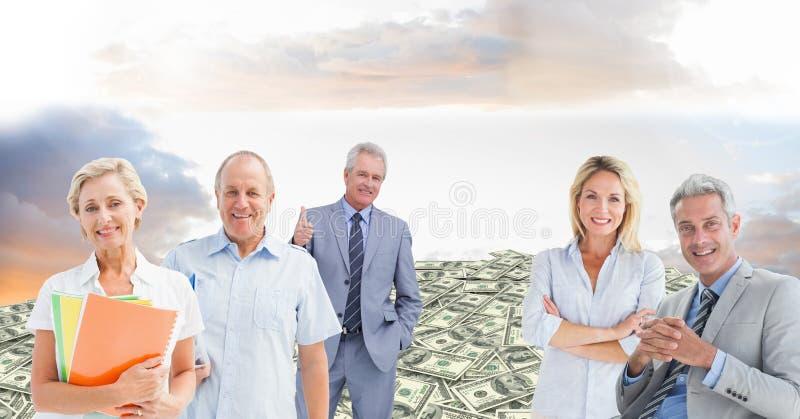 Executivos idosos no monte do dinheiro imagens de stock