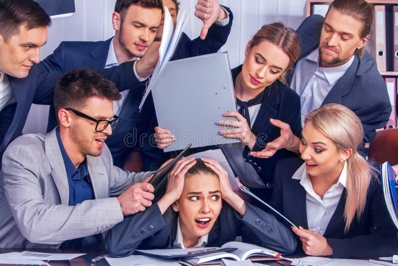 Executivos loucos do escritório Mulher da gestão da empresa do erro fotografia de stock