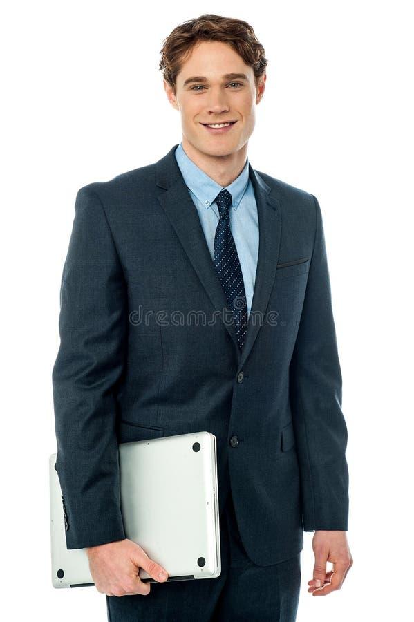 Executivos masculinos aprontam-se para assistir à reunião foto de stock royalty free
