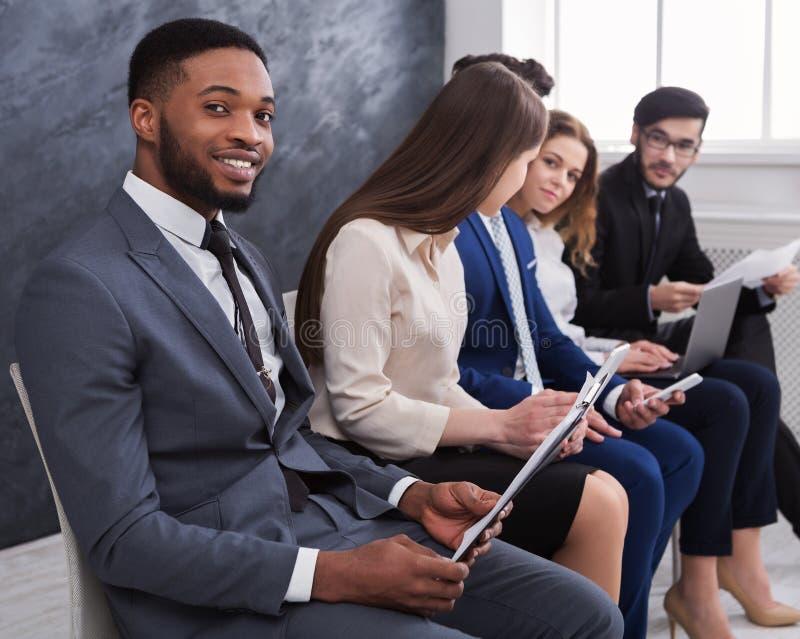 Executivos multirraciais que preparam-se para a entrevista de trabalho fotografia de stock royalty free