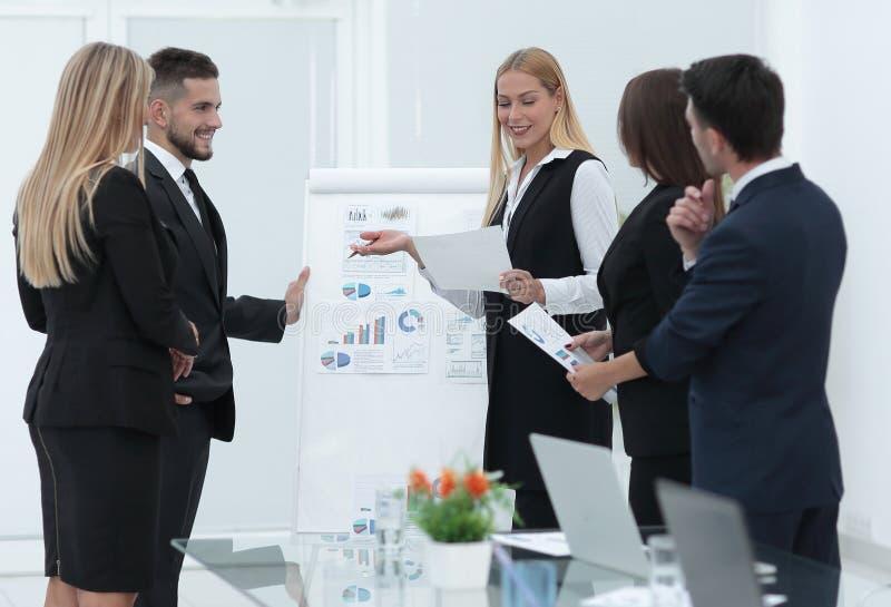 Executivos na apresentação no escritório fotos de stock