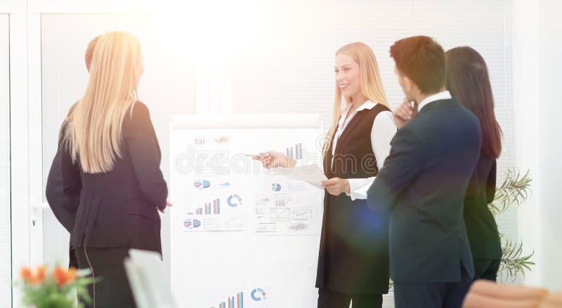 Executivos na apresentação no escritório foto de stock