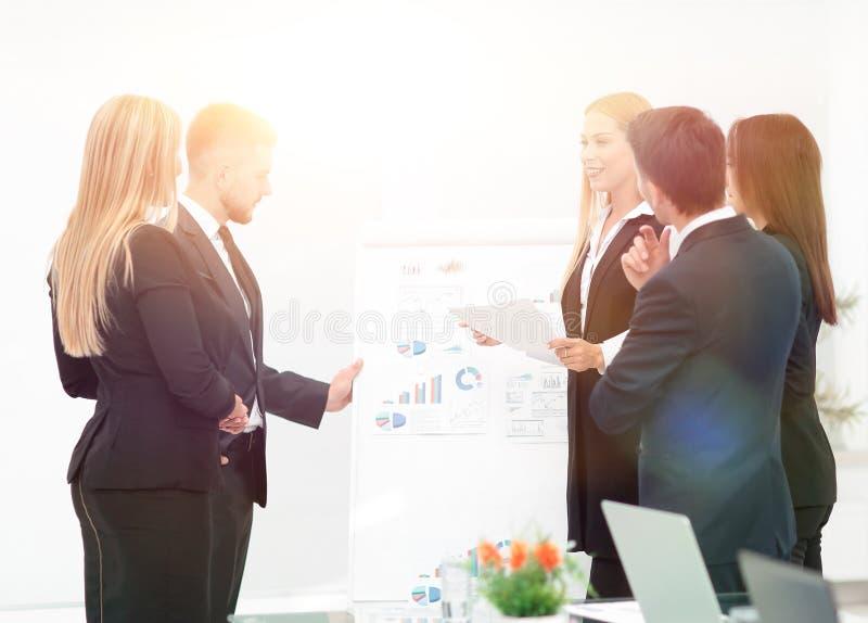 Executivos na apresentação no escritório imagem de stock
