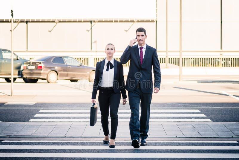Executivos na viagem do terminal de aeroporto foto de stock royalty free