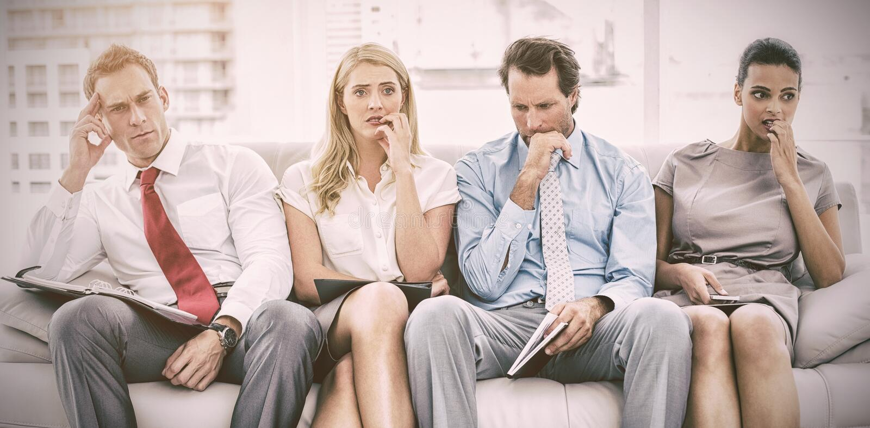 Executivos nervosos que esperam a entrevista foto de stock royalty free