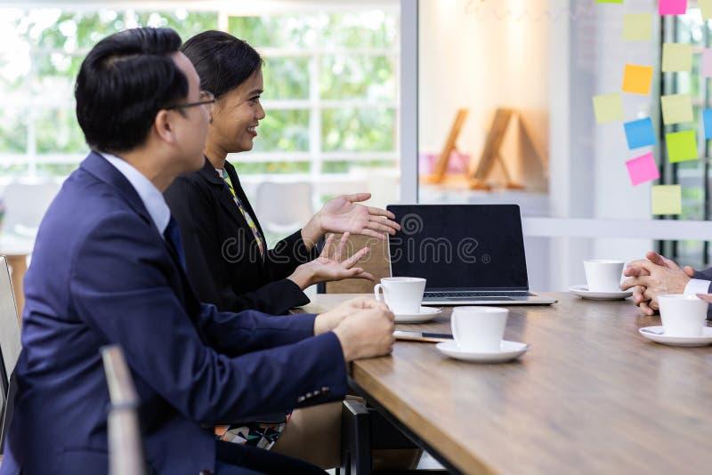 Executivos no café imagens de stock royalty free