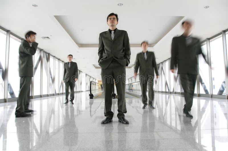 Executivos no corredor fotografia de stock royalty free