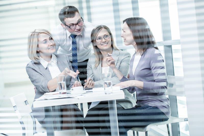 Executivos no escritório imagens de stock