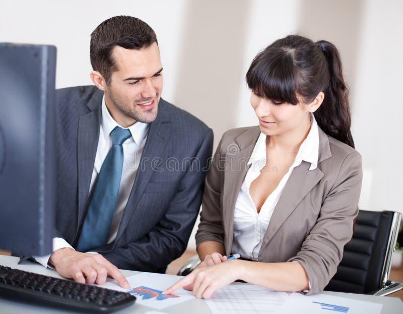 Executivos no escritório na reunião imagens de stock royalty free