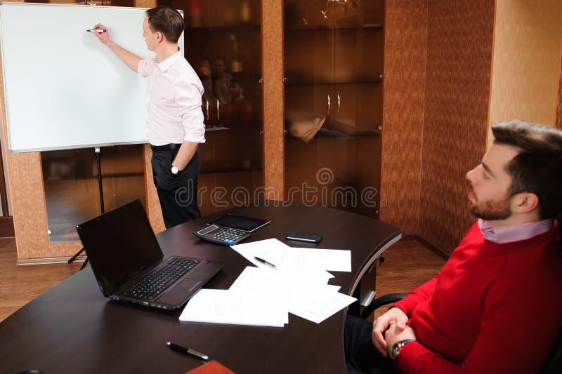 Executivos no escritório que guarda uma conferência e que discute estratégias fotos de stock