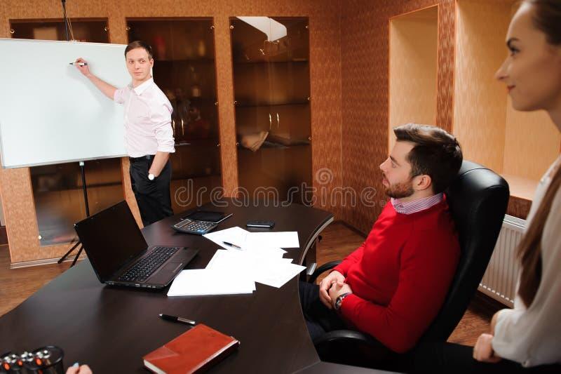 Executivos no escritório que guarda uma conferência e que discute estratégias imagem de stock royalty free