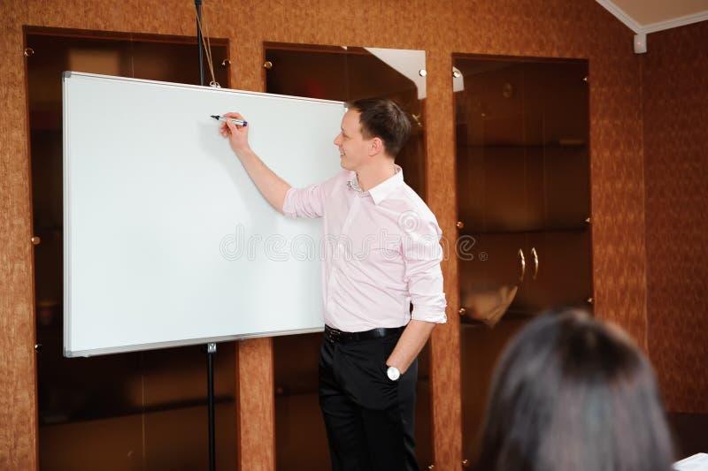 Executivos no escritório que guarda uma conferência e que discute estratégias imagem de stock