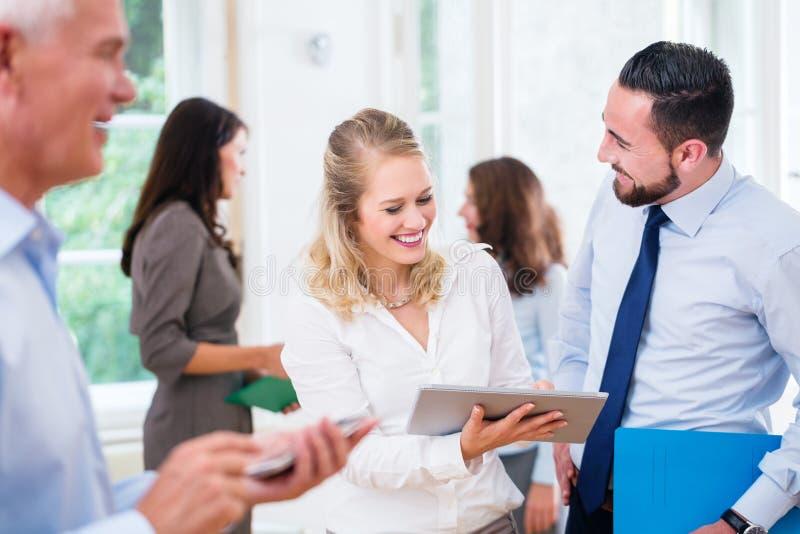 Executivos no funcionamento do escritório como a equipe fotografia de stock