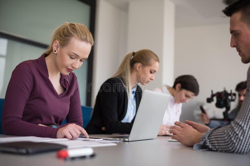 Executivos novos do grupo na reunião da equipe no escritório moderno imagem de stock