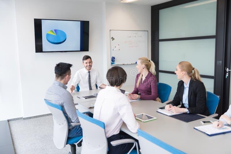 Executivos novos do grupo na reunião da equipe no escritório moderno imagem de stock royalty free